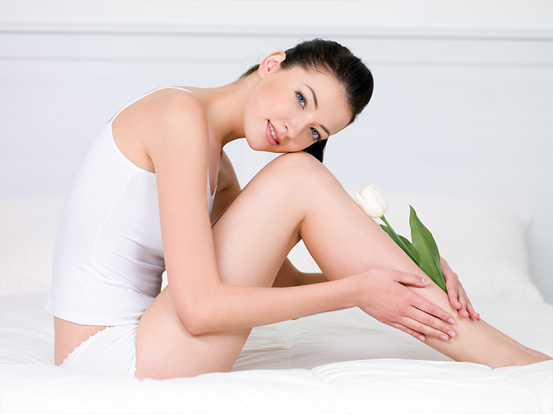 zaffy-mulher-sentada-na-cama-pele-lisa-depilacao